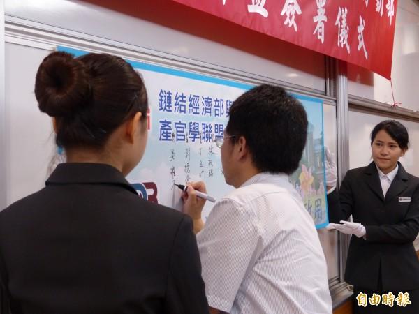 明新科大產官學聯盟的簽署代表之一,新竹工業區主任吳璀原。(記者廖雪茹攝)