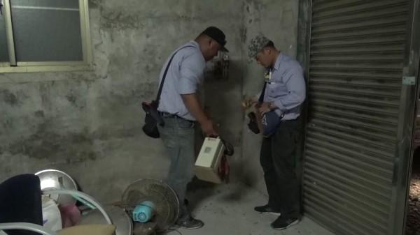 台電查獲魚塭業者私接電容器涉嫌竊電,當場查扣電容器等證物。(記者黃良傑翻攝)