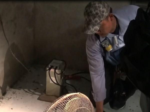 台電查獲魚塭業者私接電容器涉嫌竊電,電容器電阻大易熱起火,業者還用電風扇吹散熱。(記者黃良傑翻攝)