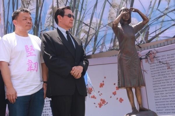 馬英九(右)昨參加台灣首座慰安婦銅像揭幕儀式。(高思博辦公室提供)