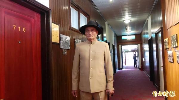 安排有「蔣介石明星臉」的賓館員工劉文財,扮演蔣介石分身待客迎賓,讓人讚嘆如同走入時光隧道。(記者曾迺強攝)