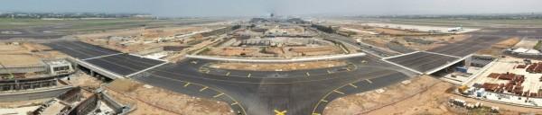 嶄新的W2滑行道位於舊有的航空科學館用地上,總長度達873公尺,道肩寬度60公尺,可提供A-380航機通行。圖為全景圖。(桃機公司提供)