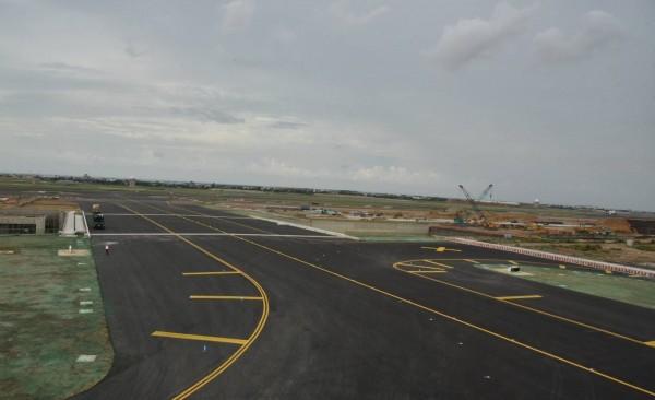 嶄新的W2滑行道以最高的安全標準提供航機通行南北跑道,可有效提升桃園機場空側運作效率。(桃機公司提供)