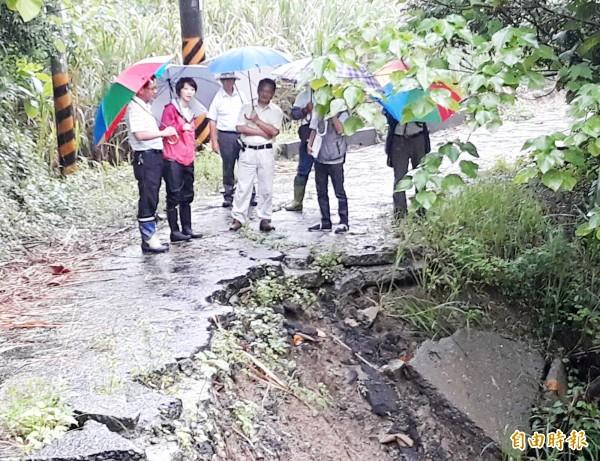 三和里層林段產業道路邊坡崩塌,立委陳亭妃(左2)邀集相關單位現勘。(記者吳俊鋒攝)