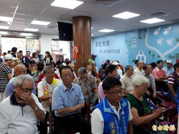 國民黨新竹市長參選人許明財搶先舉辦「823砲戰」六十週年感恩活動,邀請多名參與此戰役的將軍出席,更強調自己是「正藍軍」,呼籲國民黨員團結。(記者洪美秀攝)