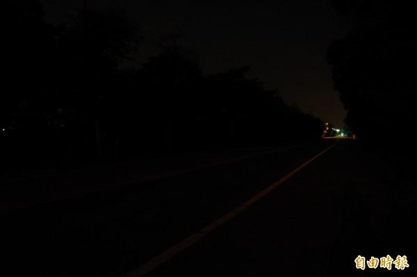 140縣道火炎山隧道前苑裡段無路燈,晚上黑漆漆一片,只見遙遠處有些許餘光。(記者蔡政珉攝)