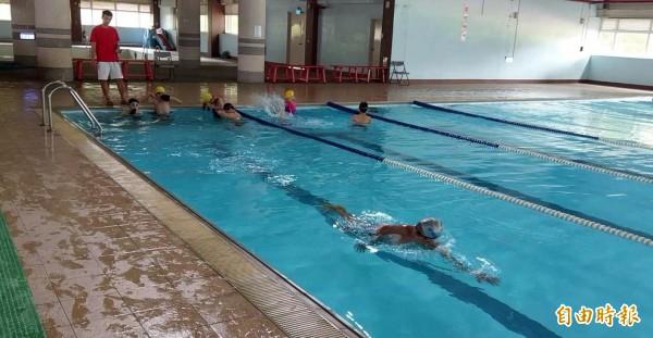 南投縣竹山國小學生在設施簡陋的游泳池學習游泳情形。(記者謝介裕攝)