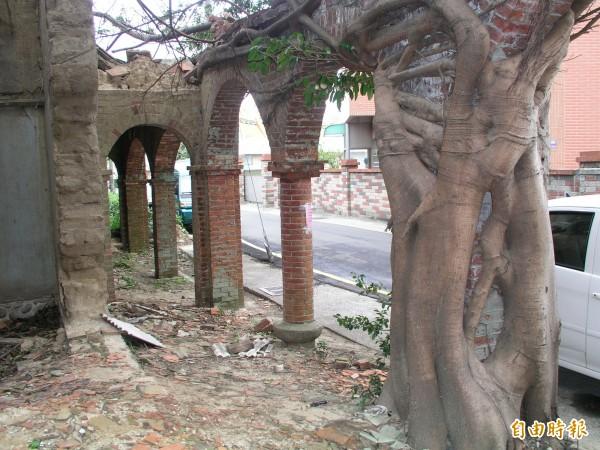 「金鑑堂」三合院被拆除前,設計寬敞的庭院迴廊,擁有典雅的圓拱造型,圓柱和方柱交錯。(記者廖雪茹攝)