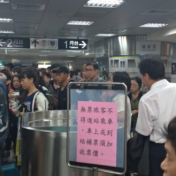 莒光號列車故障卡在鳳山站與九曲堂站之間,導致高屏兩地間的各級列車大塞車,屏東車站擠滿候車乘客。(許姓乘客提供)