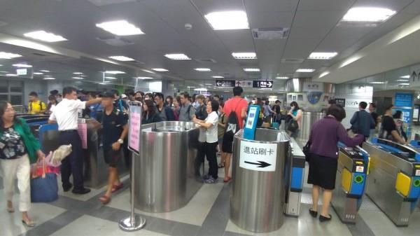 莒光號列車傍晚在鳳山站與九曲堂站之間發生故障,導致高屏兩地間的各級列車大塞車,屏東車站內擠滿候車民眾。(許姓乘客提供)