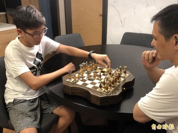 施律仲經常與父親下西洋棋。(記者許國楨攝)
