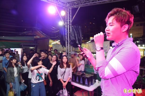 麥克風少年蘇友謙今晚在高雄瑞豐夜市,結合唱片公司海選素人好聲音代言產品,吸引大批粉絲捧場。(記者張忠義攝)