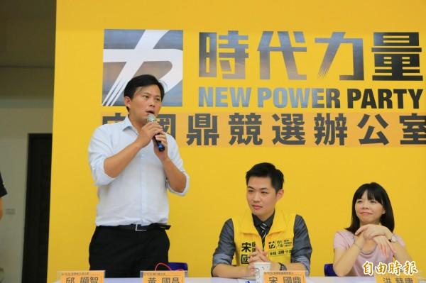 黃國昌(左一)強調,未來黨內參選人若當選,必定公開每年議員配合款流向。(記者鄭名翔攝)