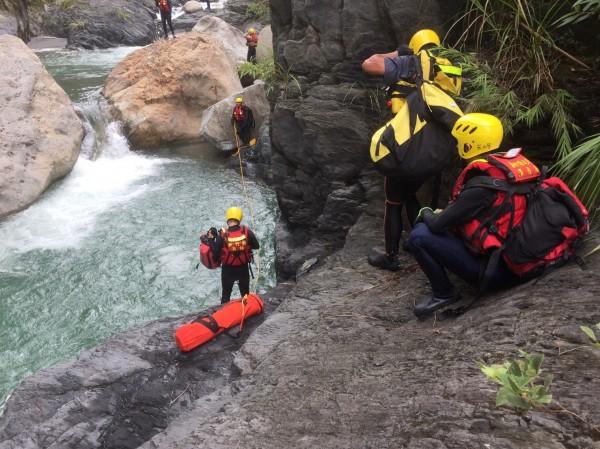 救難人員表示,張男墜落的深潭水深達40公尺,打撈大約1小時,才終於在越來越大的山雨中尋獲失蹤的張姓釣客。(圖由新竹縣政府消防局提供)