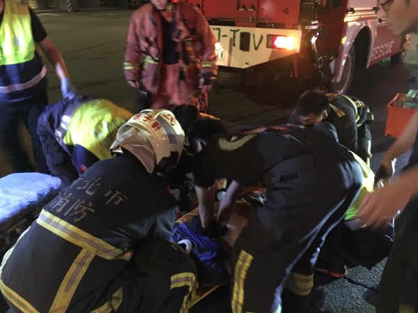 警、消搶救傷患。(記者余衡翻攝)
