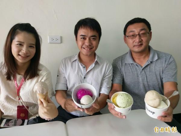 集集鎮義式冰淇淋店「Scoop」,主打水果天然原味,就連鎮長陳紀衡(中)也相當推薦在地香蕉、火龍果口味。(記者劉濱銓攝)