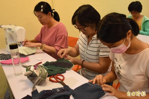 「布柬單手作」活動,使用舊衣及縫紉技術,為柬埔寨的婦女製作「布衛生棉」,許多在地媽媽參與。(記者王涵平攝)