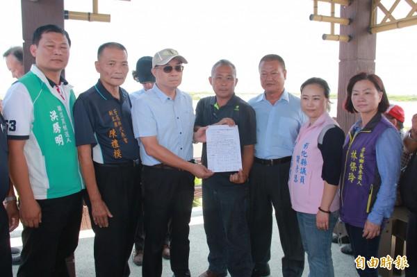 營建署國家公園組組長張維銓(左3)聽取民意,接受地方意見反映陳述書。(記者陳冠備攝)