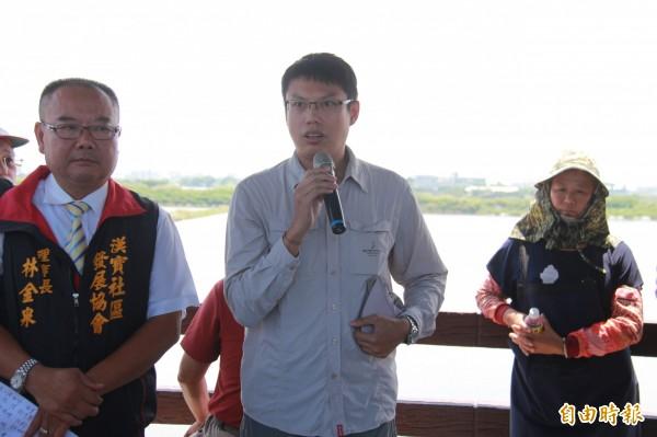 中華民國野鳥學會理事長蔡世鵬說,為免彰化海岸遭污染破壞,因此提案申請溼地。(記者陳冠備攝)