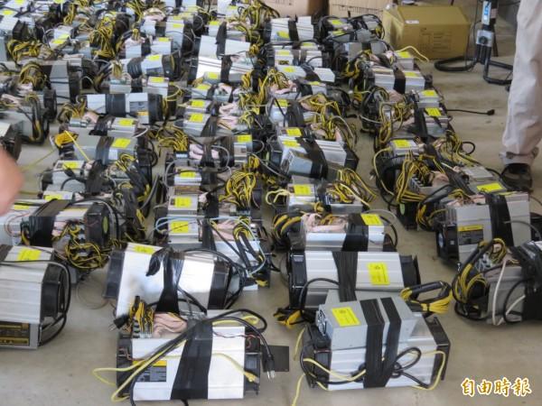 檢警在黃石吟住處等地查扣800多台比特幣挖礦機。(記者林宜樟攝)