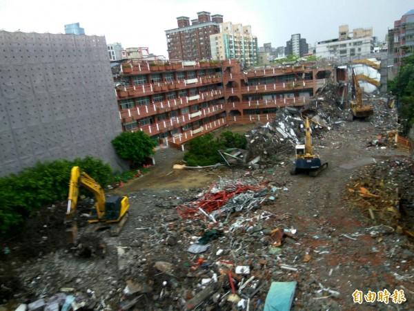 忠孝國中正進行大規模的拆除工程。(記者翁聿煌攝)