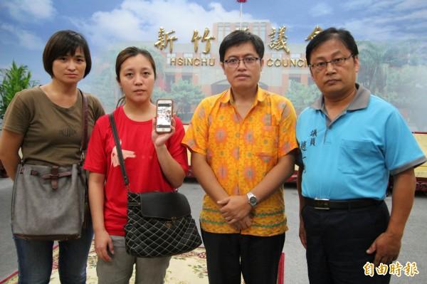 新竹縣五峰鄉親林小麗的女兒詹婷(左二)秀出母親在韓國搶救的畫面,在牧師明當尤凎(右2)陪同下,今天向新竹縣議員趙一先(右)求助。(記者黃美珠攝)