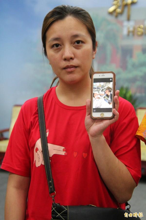 新竹縣五峰鄉親林小麗的女兒詹婷秀出母親在韓國加護病房內由小妹陪伴的畫面,懇請各界幫忙她把母親平安帶回家鄉。(記者黃美珠攝)