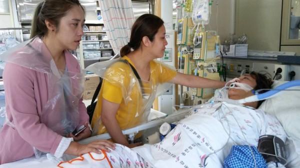 新竹縣五峰鄉親林小麗(右)的長女詹婷(中)、次女詹琪(左)上週第一時間就飛往韓國陪伴病倒的母親。(詹婷提供)