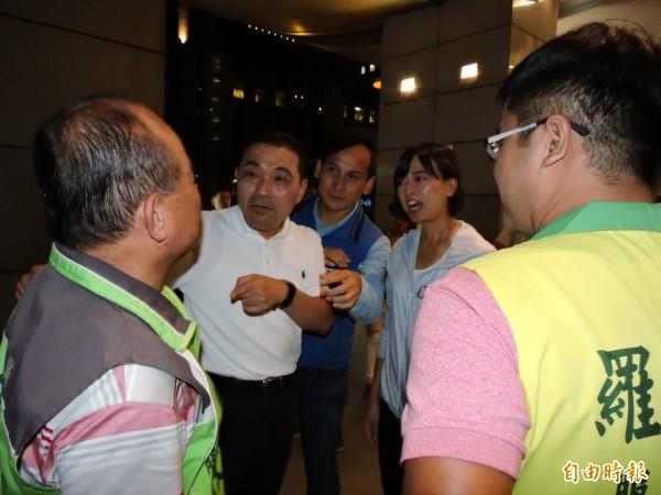 國民黨新北市長參選人侯友宜在門口碰到民進黨議員的助理,也熱情打招呼。(記者賴筱桐攝)