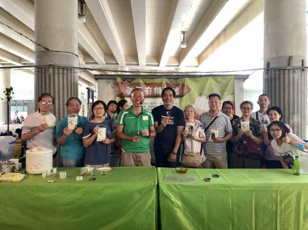 池上青農魏瑞廷(前排左五)載著自家品牌的米,前進香港有機市集,分享友善耕作經驗。(記者王秀亭翻攝)