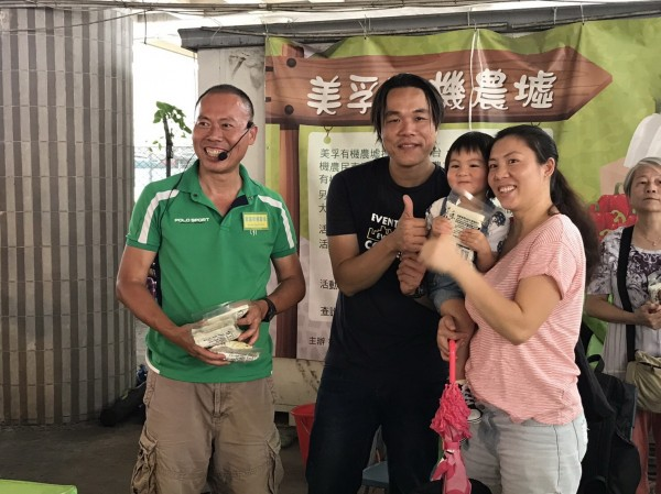 魏瑞廷(左二)認為香港民眾很肯定台灣農業。(記者王秀亭翻攝)