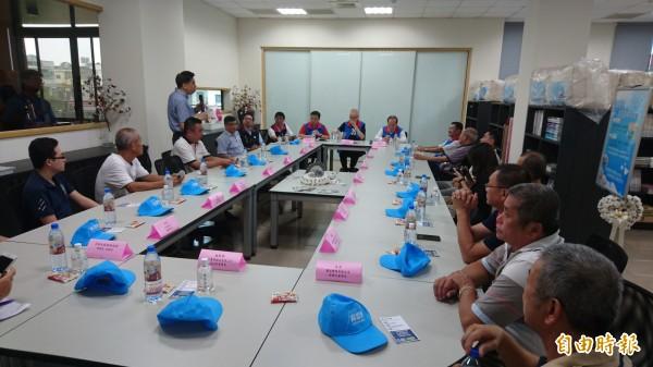 國民黨主席吳敦義(立者)與將軍區棉被產業公會業者座談。(記者劉婉君攝)