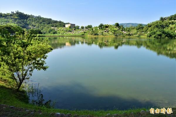 因落羽松林而一炮而紅的打卡熱點蜊埤湖,一旁就是宜蘭縣府管理的員山福園,小山丘還可見墳頭矗立在上。(記者張議晨攝)