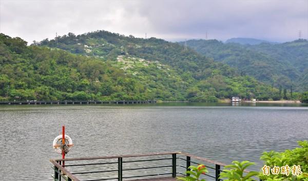 礁溪鄉龍潭湖旁邊就是礁溪鄉第一公墓,站在環湖步道就能望見墳頭。(記者張議晨攝)