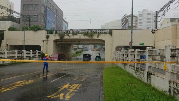 東區地下道傳出積水,車輛受困。(記者王捷翻攝)