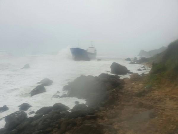 擱淺在柴山鬼洞前的「昌龍68號」輪船。(記者洪定宏翻攝)