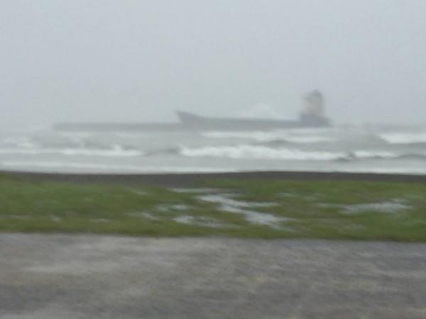 擱淺在旗津海水浴場前的「太倉湖號」輪船。(記者洪定宏翻攝)
