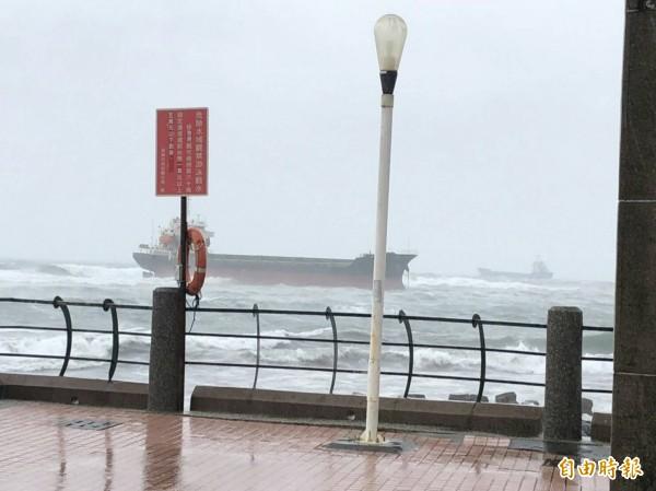 擱淺在旗津貝殼館前的「安利669號」輪船。(記者洪定宏攝)