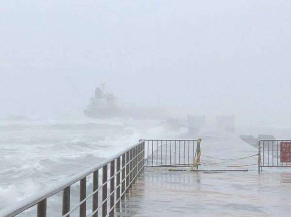 擱淺在高雄港第一港口南堤的「飛龍號」輪船。(記者洪定宏翻攝)