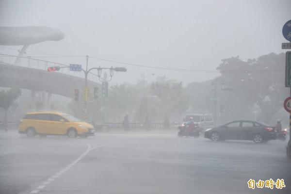 屏東縣今天大雨不斷。(記者葉永騫攝)