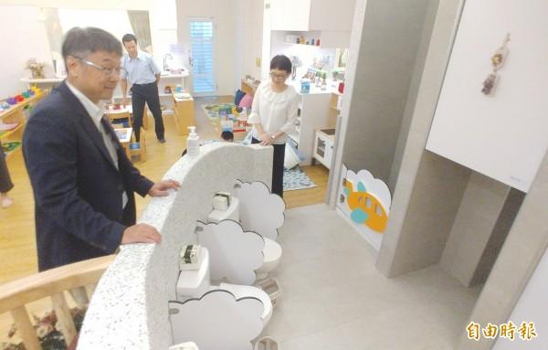全台灣第一間國門托嬰中心今天啟用 ,桃園機場「愛兒寶托嬰中心」今天正式啟用,主要服務對象為機場公司及駐場各單位的嬰幼兒,不過初期只招收30名嬰幼兒,目前已有25人,這間機場托嬰中也是「台灣第一」,機場公司董事長曾大仁(右1)、桃園市副市長游建華(右2)、交通部人事處長蔡英良(左2)等人共同見證機場托運中心啟用剪綵儀式。(記者姚介修攝)