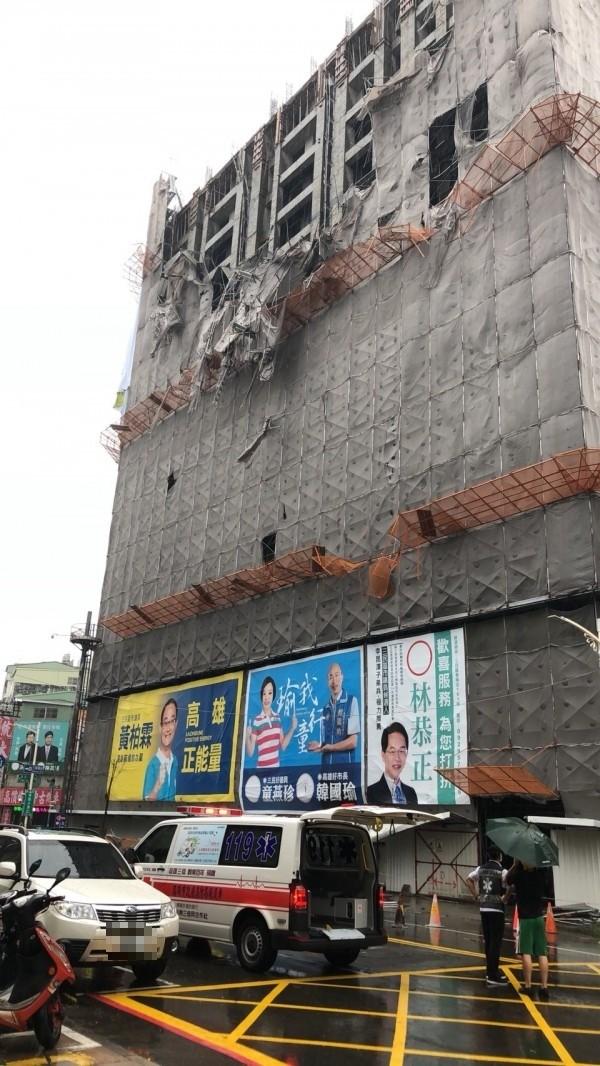 高雄市一棟興建中大樓鷹架倒塌,警消獲報趕往搜救。(讀者提供)