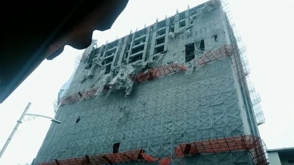 興建大樓鷹架倒塌砸中騎士。(記者方志賢翻攝)