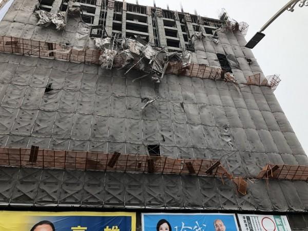 興建大樓鷹架倒塌現場。(記者方志賢翻攝)