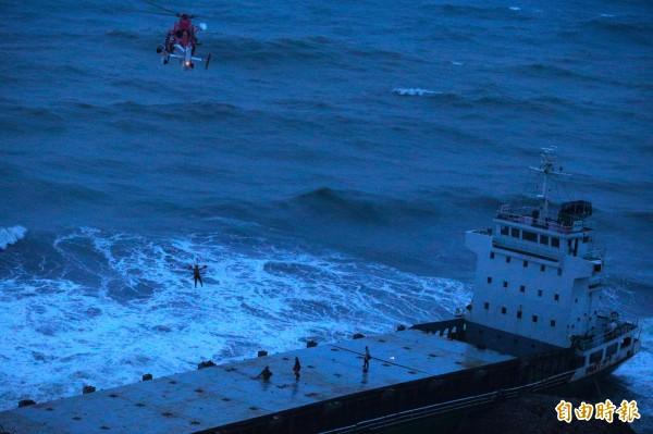 傍晚時分,空勤總隊派遣兩架海豚直升機執行吊掛救援任務。(記者張忠義攝)