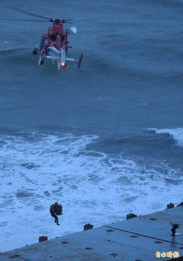 空勤總隊海豚直升機冒險吊掛「順泓」輪船員,場面相當驚險。(記者張忠義攝)