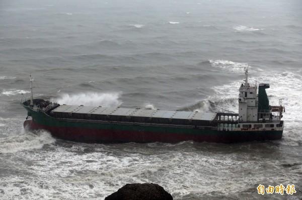 「順泓號」輪船,擱淺在柴山安檢所前。(記者張忠義攝)