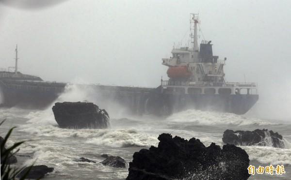 擱淺在柴山鬼洞前的「昌龍68號」輪船。(記者張忠義攝)