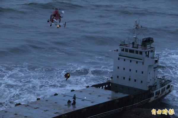 高雄5艘貨輪擱淺,空勤總隊派遣海豚直升機,冒著昏暗夜色及強大風浪吊掛救援。(記者張忠義攝)