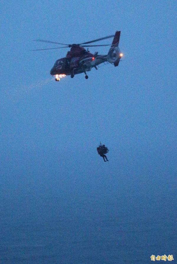 空警隊救援的「順泓」輪,一直到夜色昏暗天黑後,還冒著風浪救援,場面相當驚險。(記者張忠義攝)